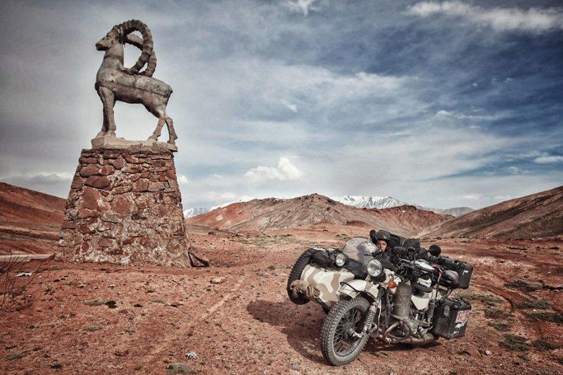 На границе Таджикистана с Кыргызстаном монголия, мотоцикл, мотоцикл с коляской, мотоцикл урал, путешественники, путешествие, средняя азия, туризм