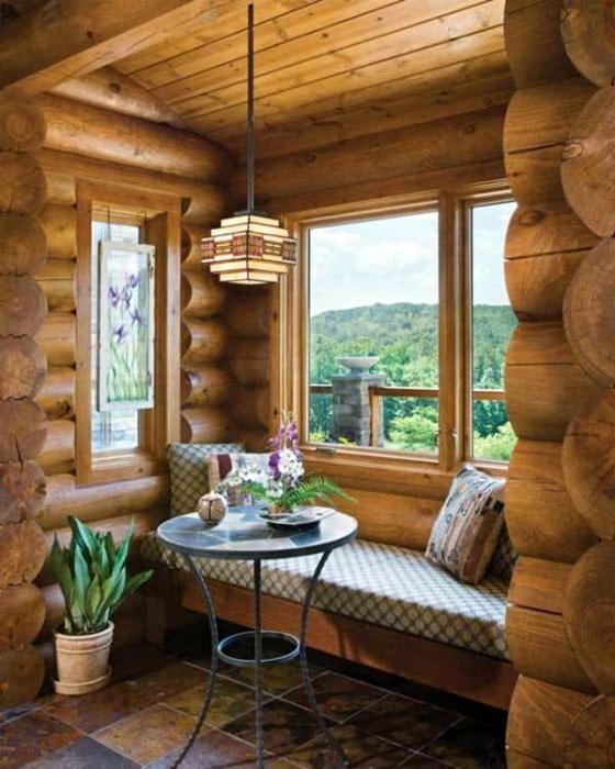 Укромное местечко для отдыха у окна.