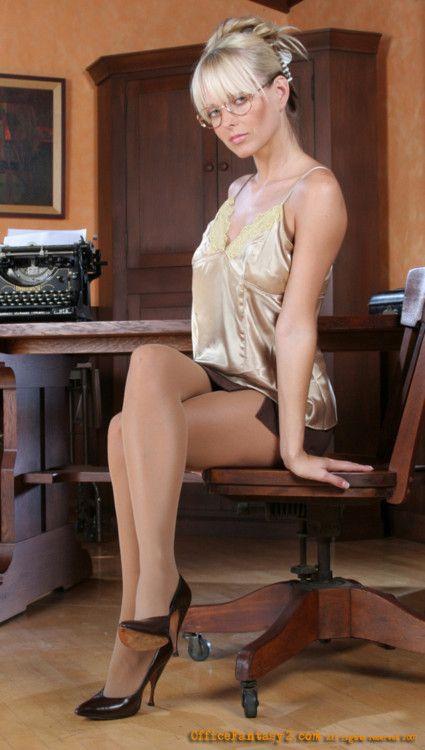 Curvaceous blonde bitch Jana Cova showing off her legs in a bikini № 265018 без смс