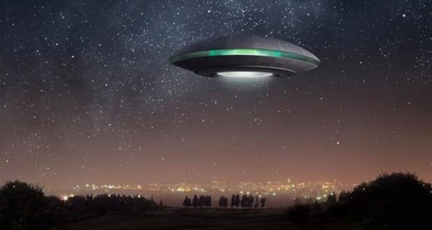 Перед Новым годом пришельцы летают и поздравляют нас с праздником
