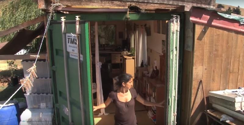 Ее осуждали за то, что она живет с дочкой в контейнере. Но стоит заглянуть внутрь...