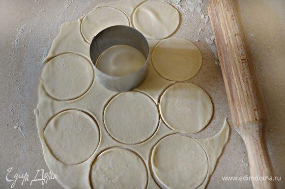 Поверхность стола нужно присыпать мукой. Тонко раскатайте тесто и вырезайте небольшие кружочки.