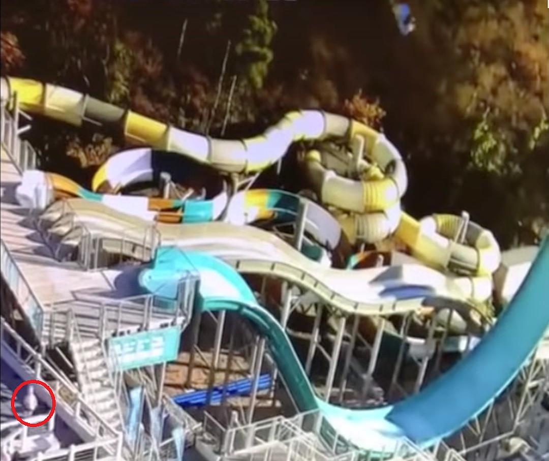 """Самосвал в Ялте рухнул в аквапарк """"Интуриста"""" (видео)"""