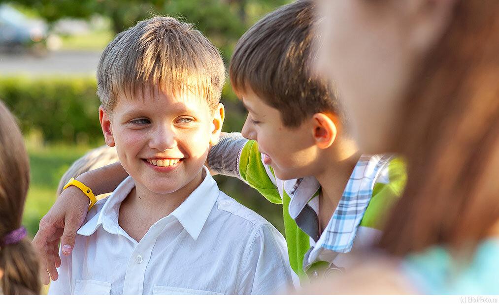 Мальчик общается со своими друзьями