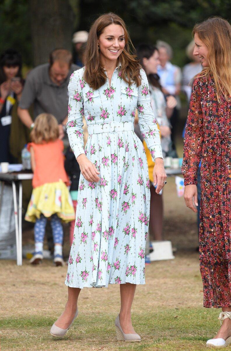 Кейт Миддлтон в платье с цветочным принтом. /Фото: cosmo.com.ua