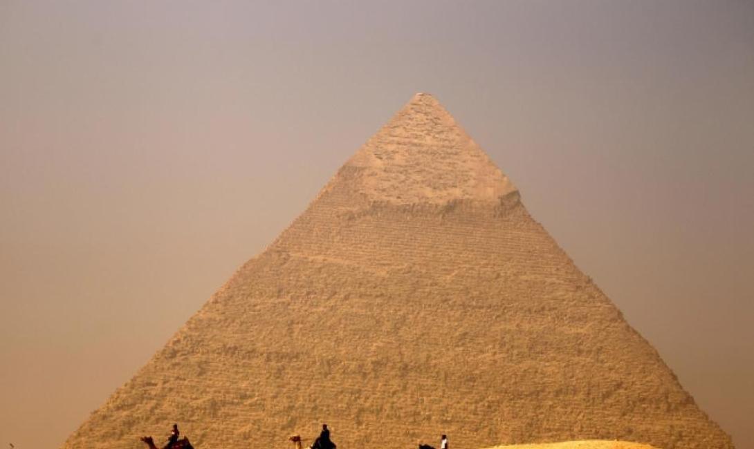 Энергетический центр Одна из наиболее популярных конспирологических теорий о пирамидах объясняет величественные постройки нуждой египтян в некой положительной энергии. Пирамида якобы умеет превращать негативную энергию в позитивную — поэтому именно здесь фараоны надеялись обрести вторую жизнь. Все вроде бы сходится, кроме отсутствия в физике самих понятий «негативная» и «позитивная» энергия.