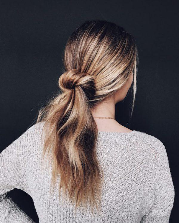 Учимся делать модный небрежный пучок на средние волосы