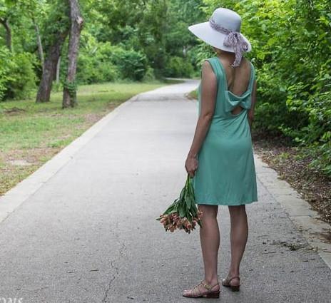 Превращаем старое платье в модный сарафан… Достаточно вырезать спинку и пришить бант!