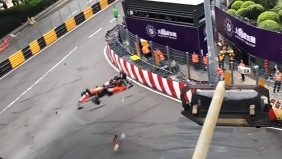 Страшную аварию с участием 17-летней гонщицы на гран-при Макао сняли на видео