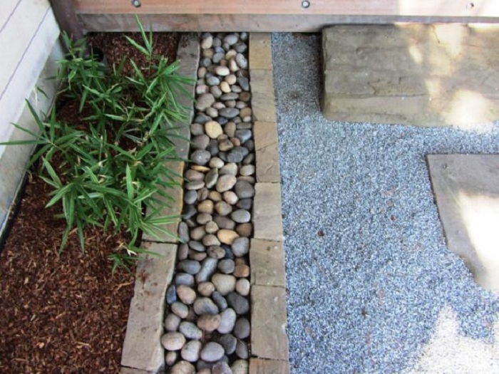 Камушки станут отличным вариантом оформления двора и украсят его.