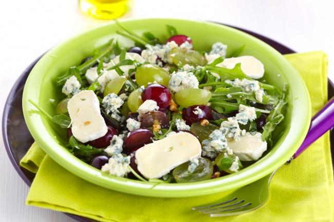 Салат из винограда и сыра