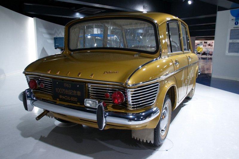 Автомобиль оснащался 586-кубовым бензиновым мотором, который находился в задней части. заднемоторная компоновка, седан