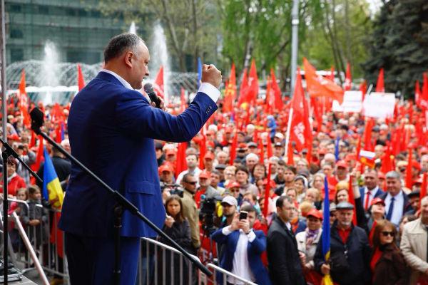Участники первомайского парада в Молдавии призвали восстановить отношения с Россией