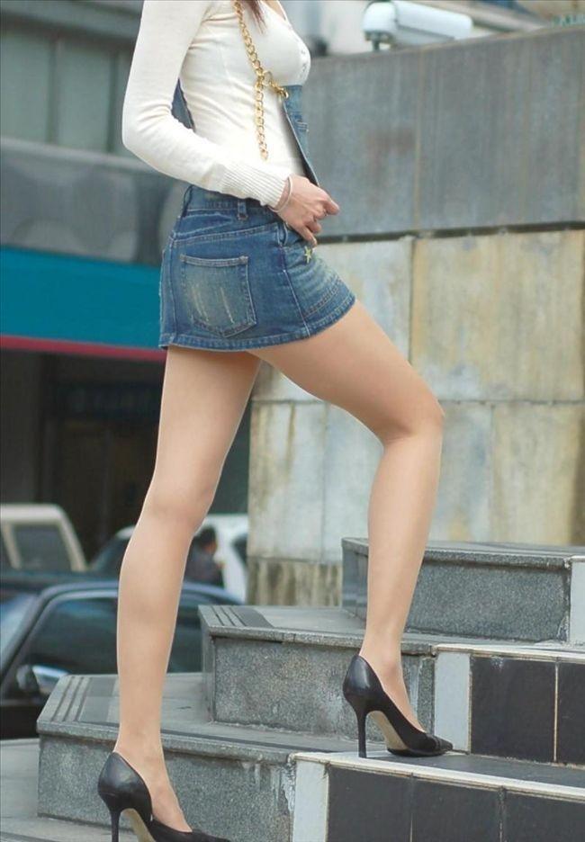 фото девушка в очень маленькой мини-юбке
