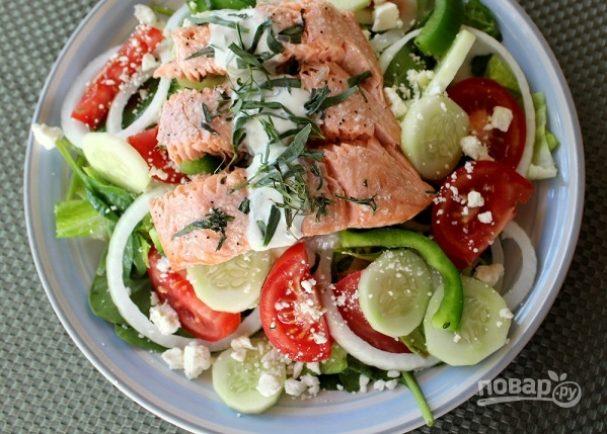 Салат «Греческий» с рыбой и йогуртовой заправкой