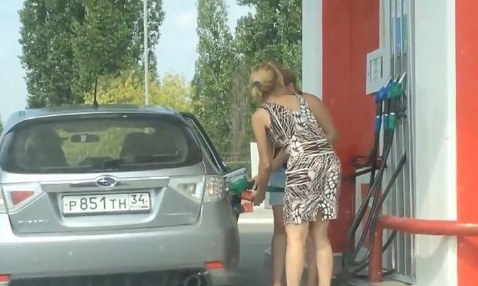Две девушки в России приехали на заправку. Через минуту все попадали со смеху