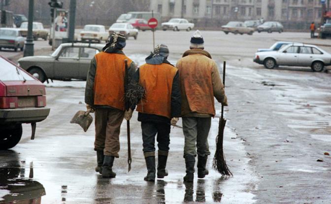 Чем выше ученая степень, тем легче найти работу уборщицы или дворника
