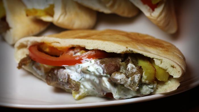 Греческий гирос с соусом дзадзики Еда, Рецепт, Фастфуд, Гирос, Видео, Длиннопост, Кулинария, Греческая кухня