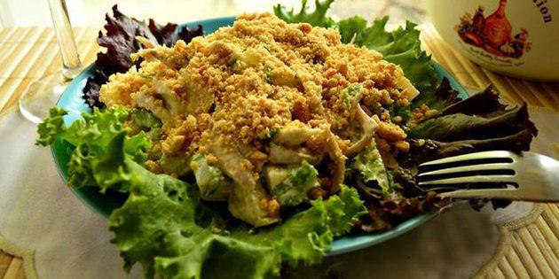 Салат с говядиной и жареным арахисом