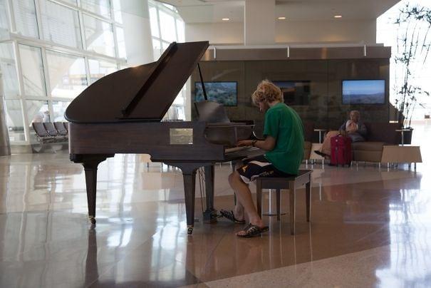 Все для любимых пассажиров: как развлекают клиентов разные аэропорты