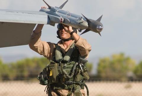 """Американская ракета """"AIM-9 Sidewinder"""" на крыле одного из самолетов"""