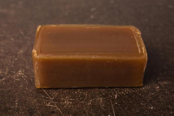 В качестве прилипателя можно использовать обыкновенное хозяйственное мыло