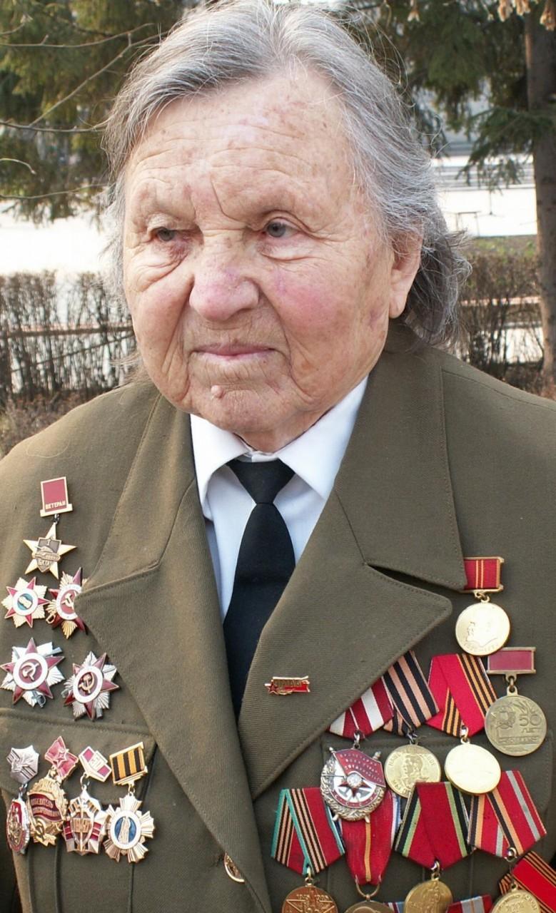 Единственная женщина - танкист с Алтая. Четыре раза тяжело ранена. Дважды горела в танке. Год не снимала шлем, потому-что выгорели волосы.
