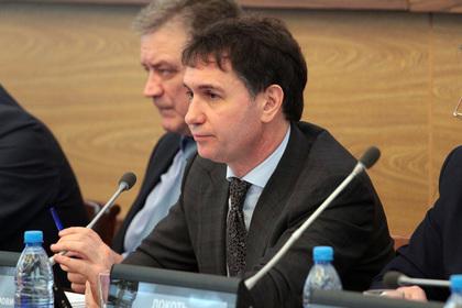 Не вставшую под гимн России журналистку пригрозили наказать