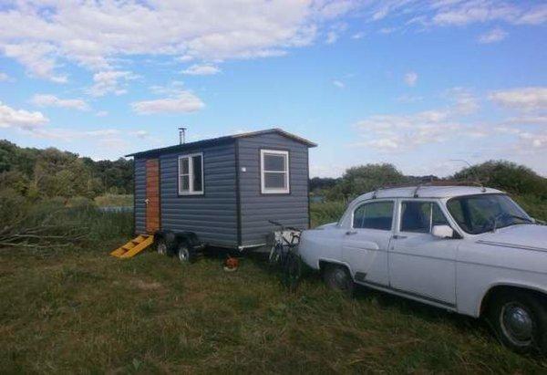 Мужчина построил дом на колесах, для отдыха около озера
