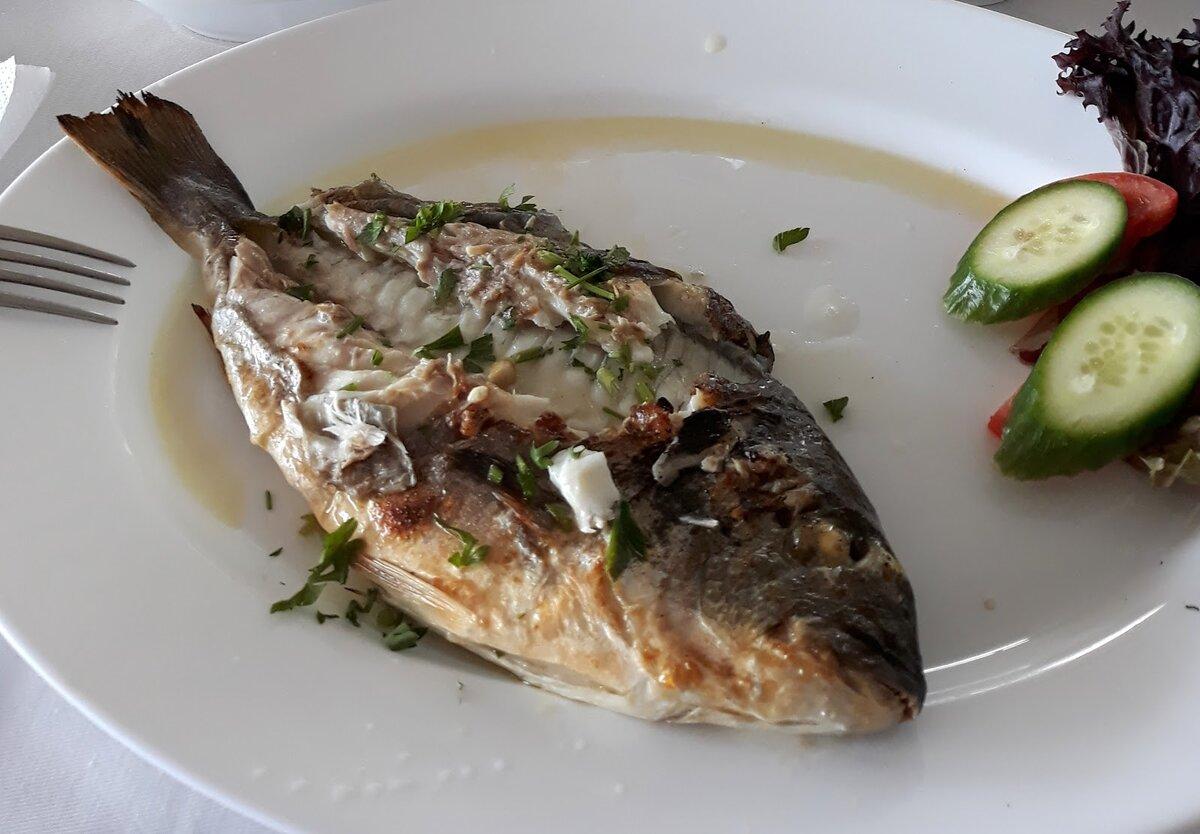 Свежая рыба Ципура (Дорада), приготовленная на решетке, очень вкусная.