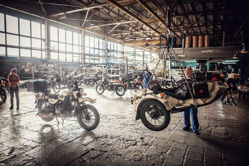Ирбитский мотоциклетный завод, Россия. Здесь путешественникам сделали полную диагностику и ремонт мотоцикла монголия, мотоцикл, мотоцикл с коляской, мотоцикл урал, путешественники, путешествие, средняя азия, туризм