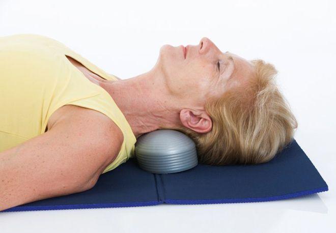 упражнения с валиком для шеи