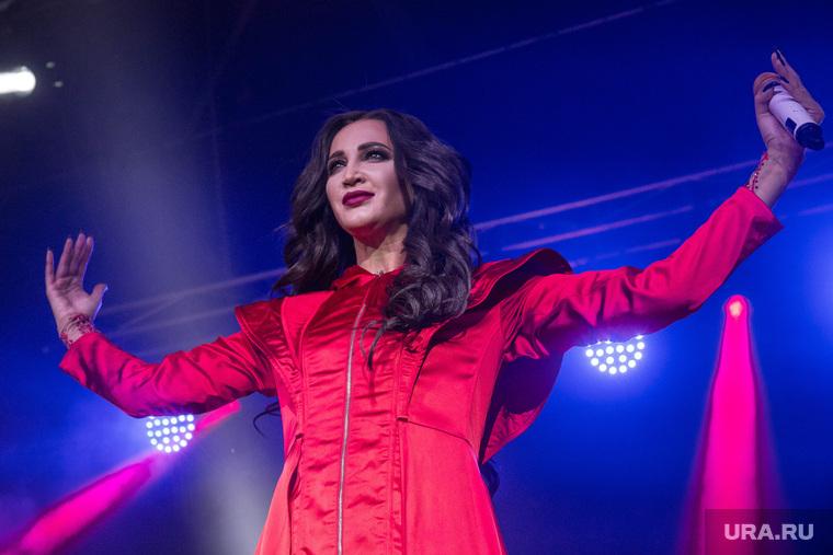Бузова травмировалась на концерте: звезда прыгнула в толпу со сцены, но ее не стали ловить.