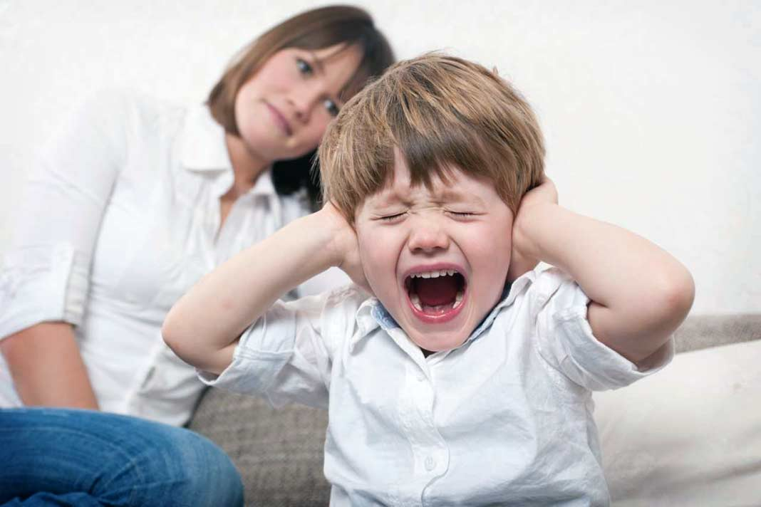Ребенок крича, игнорирует маму