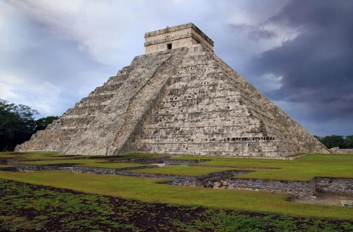 Кукулькана, Юкатан Город Чичен-Ица является одним из городов майя. Предположительно, он был основан в VII в.н.э. В нем сохранилось несколько крупных архитектурных памятников майя, включая храм Кукулькана. Он представляет собой 9-ступенчатую пирамиду высотой 24 метра. К вершине храма ведут четыре лестницы, каждая из которых состоит из 91 ступени. Окаймляет лестницы каменная балюстрада, начинающаяся внизу с головы змеи. В дни весеннего и осеннего равноденствий в определенное время дня балюстрада главной лестницы пирамиды освещается таким образом, что змея обретает тело, формирующееся из теней, и создается иллюзия, что она ползет.