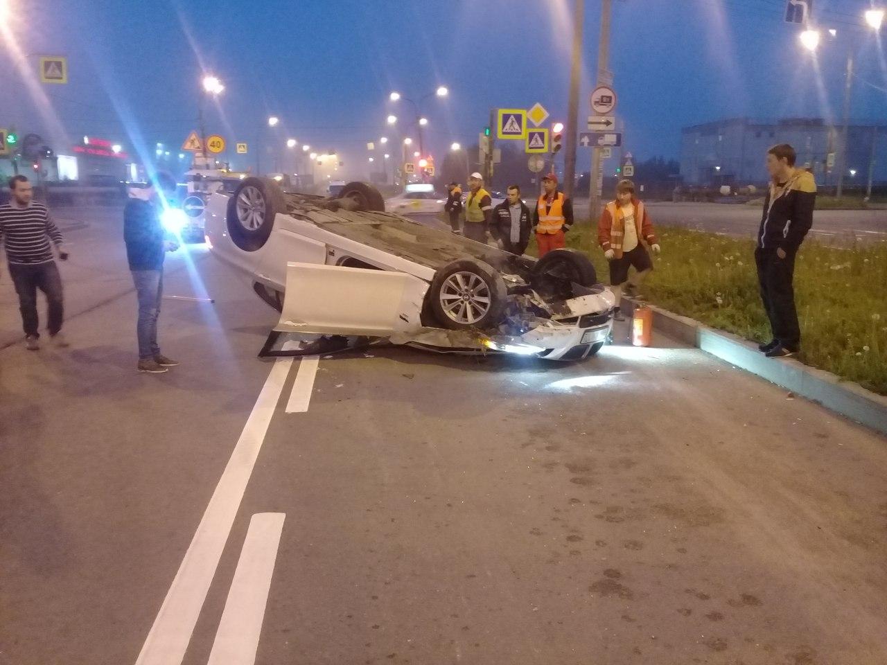 В Петербурге пьяный лихач перевернул свой автомобиль и скрылся с места ДТП