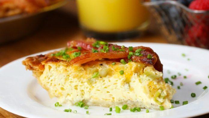 Пирог с беконом и омлетом на завтрак. Порадуйте родных вкусняшкой