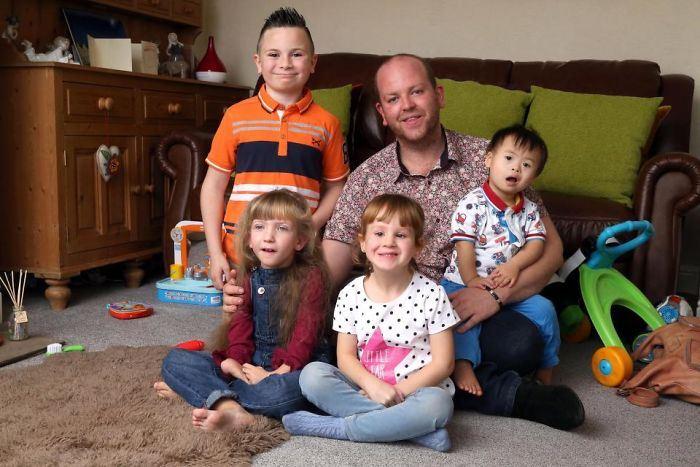 Британец усыновил четырех детей с серьезными заболеваниями, несмотря на свой особый статус