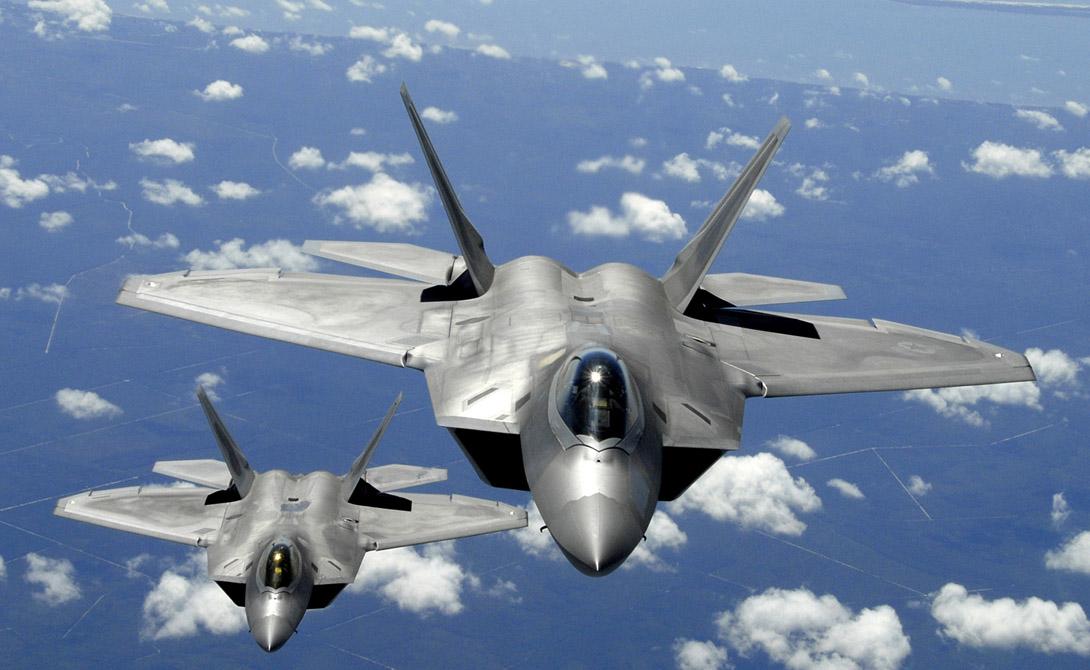 Истребитель F-22Единственным в мире опасным противником уже упомянутого Су-35 станет американский F-22 Raptor. Этот истребитель во многом уступает российской машине — летает чуть медленнее, вооружен чуть хуже — однако обладает неоспоримым преимуществом: малозаметной конструкцией. Опытный пилот F-22 просто не станет вступать в бой с заведомо более мощным противником, а скорее атакует его из «засады».