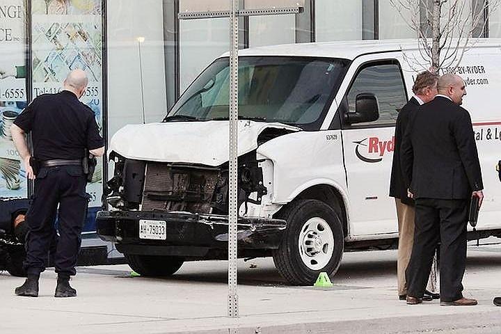 В результате умышленного наезда микроавтобуса на пешеходов в Торонто пострадала россиянка