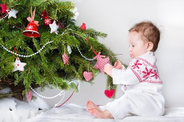 Малыш украшает елку