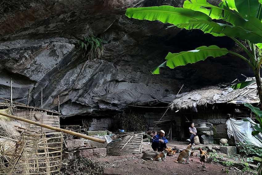 Эта семейная пара уже 54 года живет в пещере