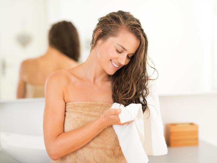 Мокрые волосы нужно аккуратно промакивать. /Фото: timeshola.ru