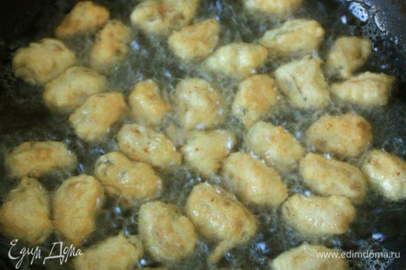 Вилкой или длинным пинцетом перекладывать мидии в горячее масло и обжаривать до золотистого цвета.