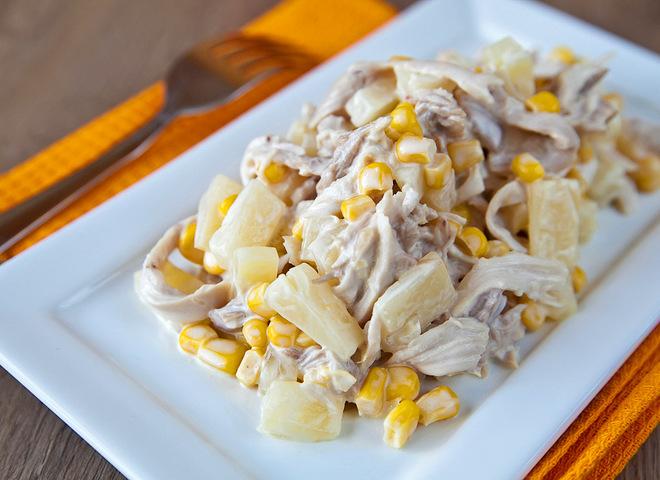 Салат из курицы с ананасом и сыром: два вкусных рецепта