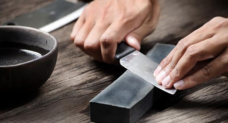 Угол заточки Чаще всего ножи затачивают под угол 45 градусов — оптимальный для решения многих повседневных задач. Если вы готовите лезвие для филигранной нарезки мяса, то остановитесь на 30 градусов, а если собираетесь прорубать им дорогу в джунглях, то примите за исходный результат 60 градусов.