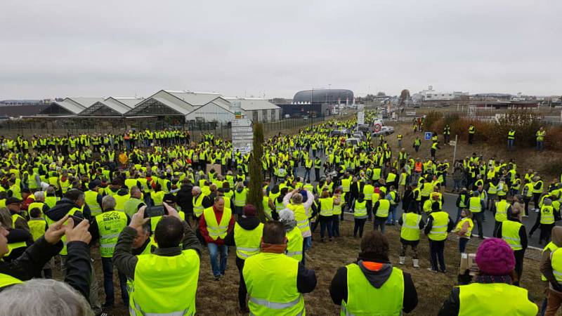 Во Франции ранены сотни протестующих против роста цен на бензин