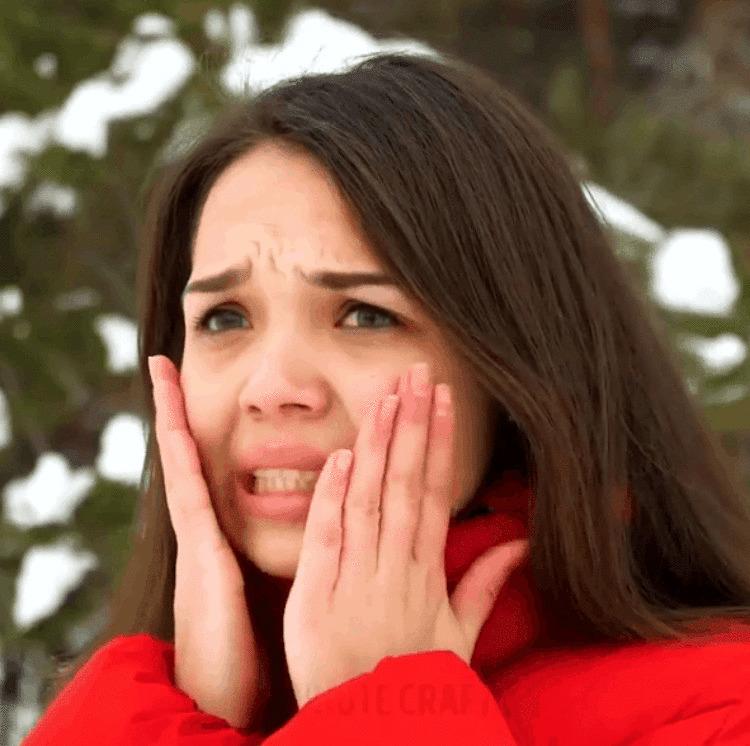 Новый тренд: девушки спасают лицо от мороза, завязывая на нём несколько хвостиков