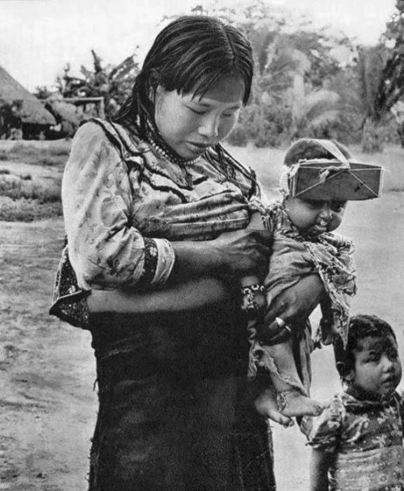 Женщина и ребенок из Укаяли, Перу. У ребенка на голове устройство, которое сплющивает его голову. | Фото: pinterest.com.