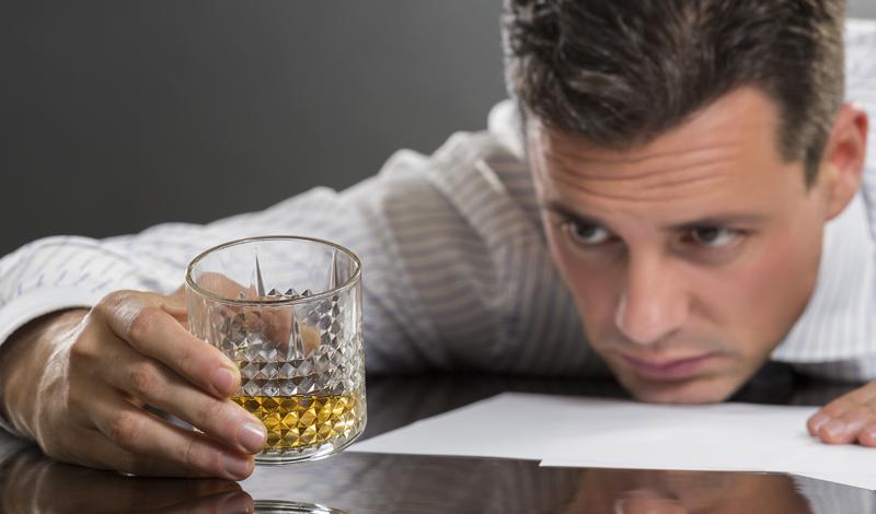Рак горла Люди обычно связывают рак горла и ротовой полости с сигаретами. Они недалеки от истины, но не стоит забывать и о том, что те же проблемы может вызвать алкоголь. Исследования показали, что три четверти заболевших раком горла людей пили довольно часто. Собственно, риск любителя алкоголя подхватить эту страшную болезнь в шесть раз выше, чем у обычного человека.
